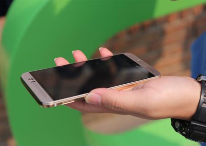 HTC One M9+ mano
