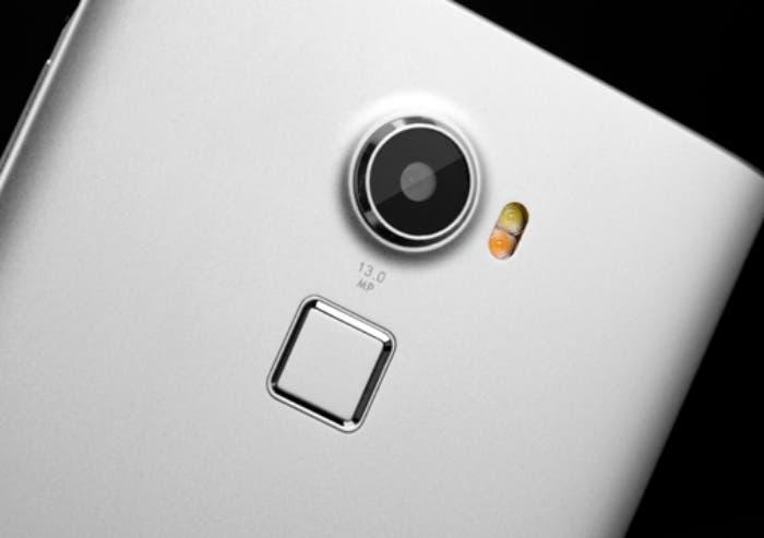 Note-the-fingerprint-module-button-under-the-flash (1)
