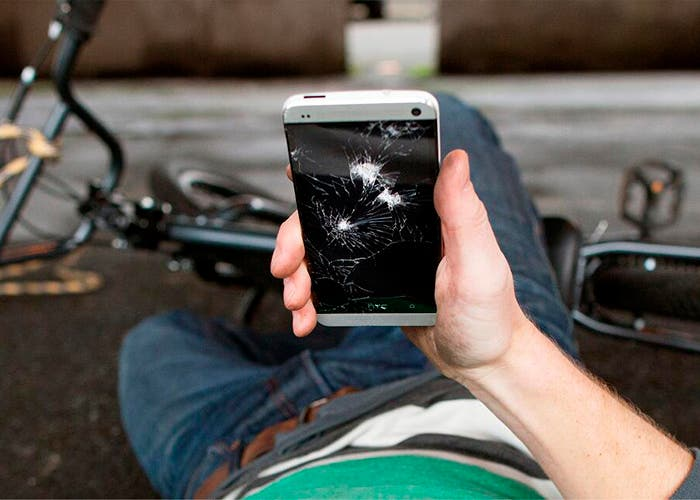 HTC-One-pantalla-rota-caida-bici