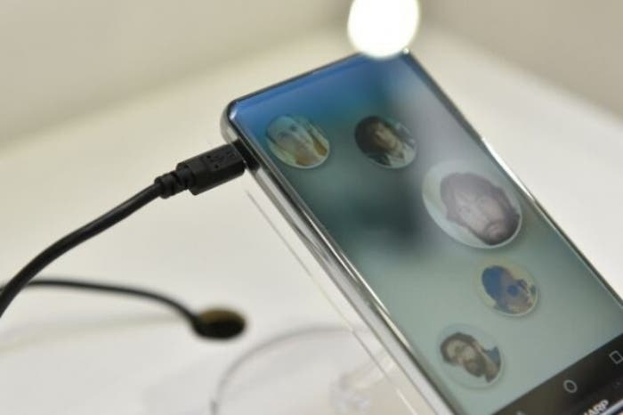 The-Sharp-Corner-R-is-a-concept-phone-with-a-bezel-less-curved-edge-display (1)