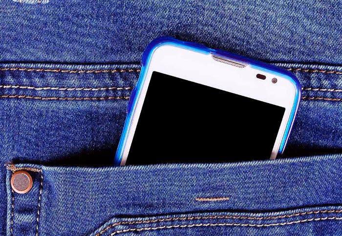 telefono-celular-en-el-bolsillo