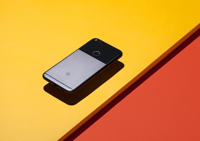 Google pixel sobre amarillo
