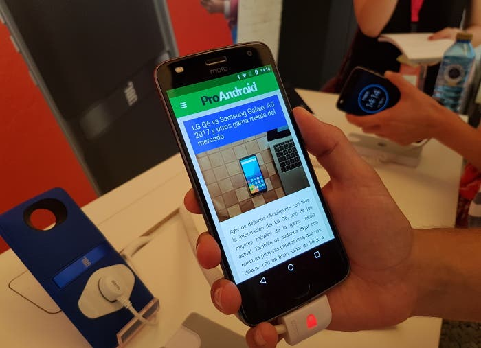Primeras impresiones del Motorola Moto Z2 Play, un teléfono delgado y modular