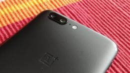 OnePlus 5 sobre mesa