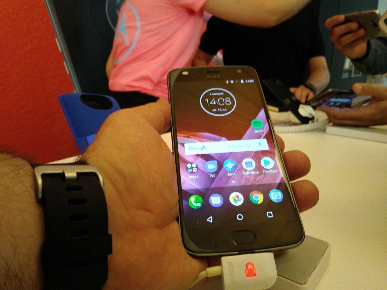 Moto Z2 Play en la mano