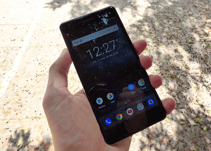 Nokia 6 en la mano