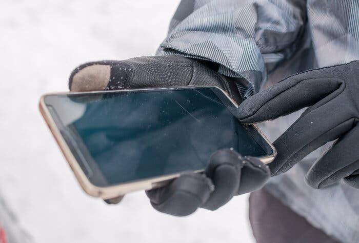 Cómo desbloquear el móvil con la huella dactilar si tienes guantes puestos