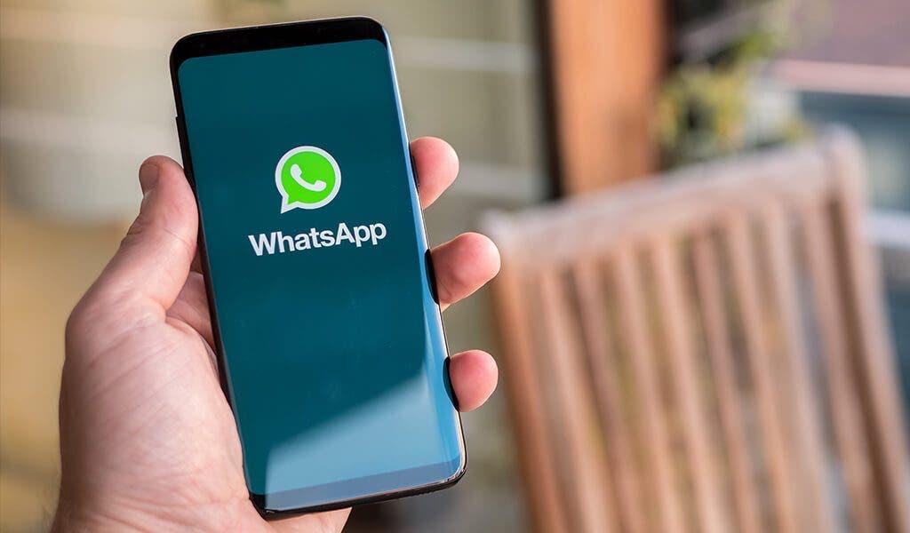 Galaxy S8 con Whatsapp en una mano