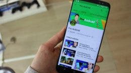 Samsung Galaxy S8 en la mano con YouTube