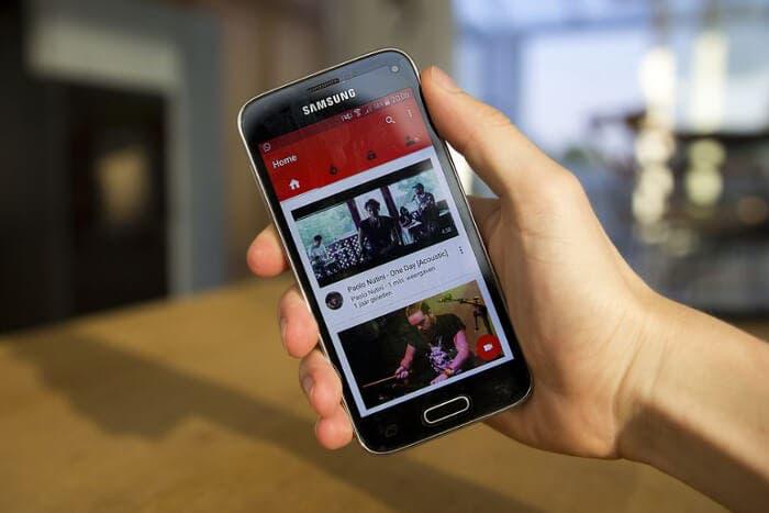 youtube con móvil en la mano