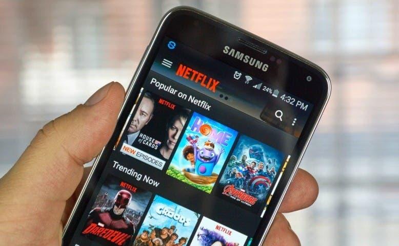 Smartphone con la app de Netflix