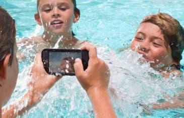Las mejores fundas para móviles resistentes al agua para disfrutar de la piscina