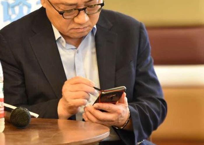 CEO de Samsung utilizando el Galaxy Note 9