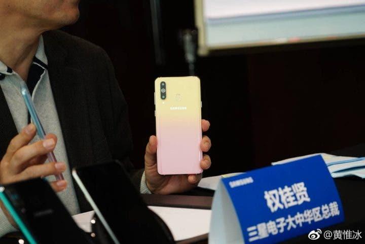 La nueva versión del Galaxy A8s con degradado será presentada el 14 de febrero