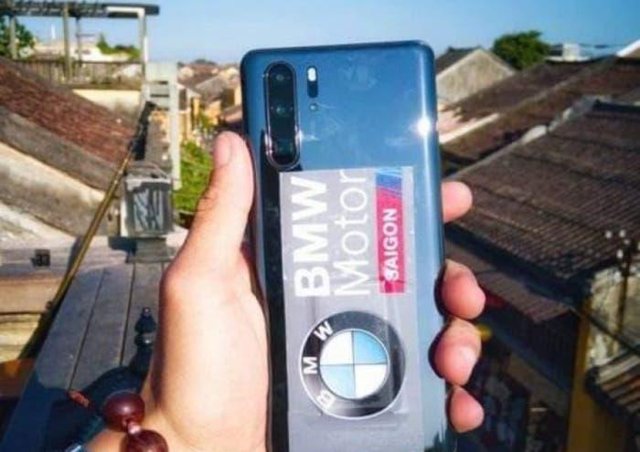 El CEO de Huawei es fotografiado con el Huawei P30 Pro en la mano