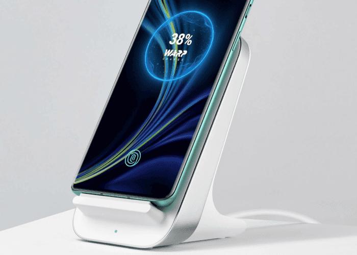 Así es el cargador inalámbrico del OnePlus 8 Pro (y su funda + cristal protector)