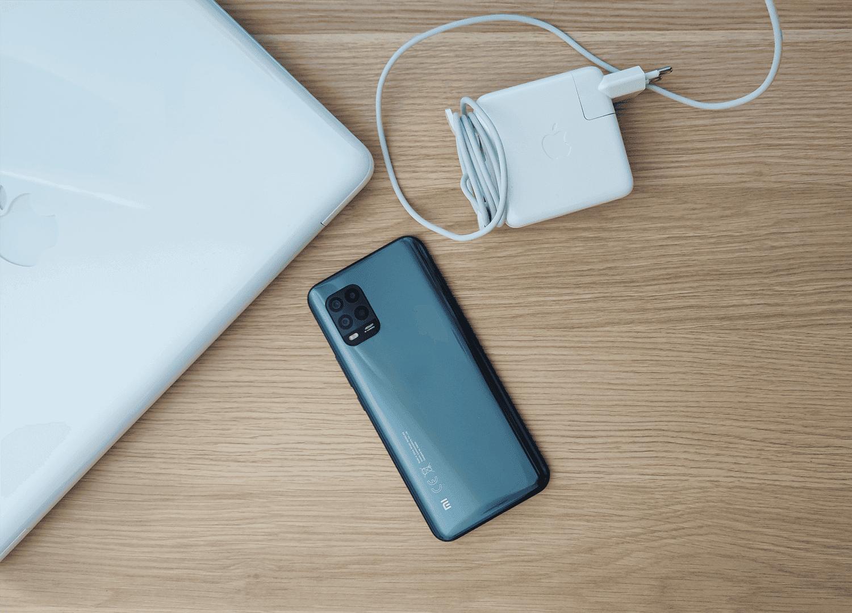 ¿Es malo cargar el móvil con un cargador de portátil?